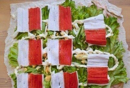 Рулет из лаваша с крабовыми палочками и листьями салата
