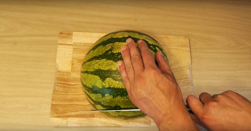 Увидев этот трюк, ты всегда будешь разрезать арбуз только так!