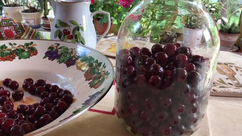 Ягодная наливка «Четыре на четыре»: не забудь перевернуть банку. Как одолжить у ягод аромат, цвет и накопленный за лето сок.