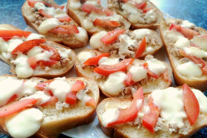 Горячие бутерброды с курицей и сыром сулугуни в духовке