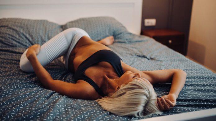 5 упражнений, которые можно сделать, не вставая с постели