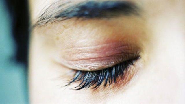 Комочки слизи в уголках глаз и причины их появления