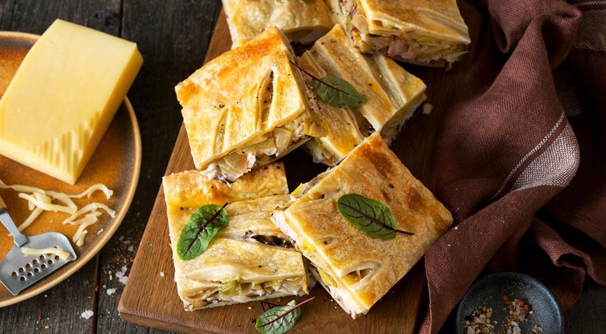 Пирог из слоеного теста с сыром, луком и курицей