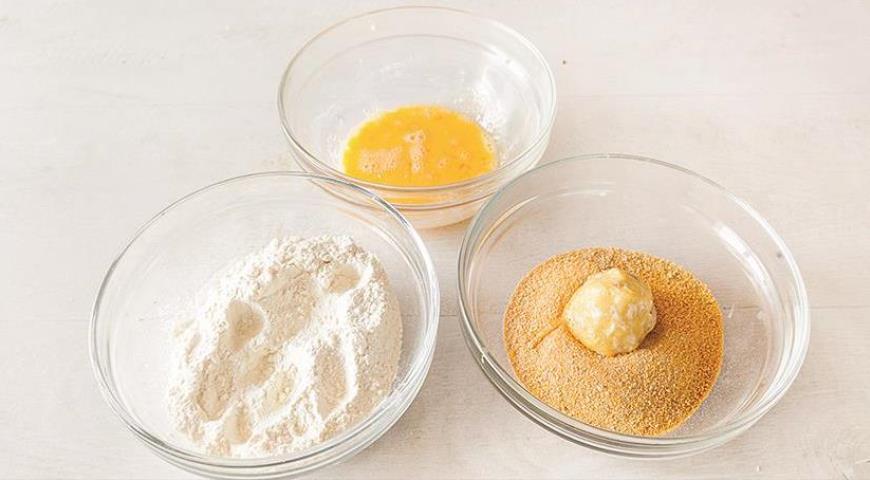 Крокеты из вареных яиц с ветчиной и сыром