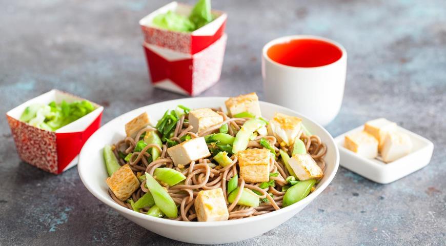 Азиатский салат из гречневой лапши и тофу