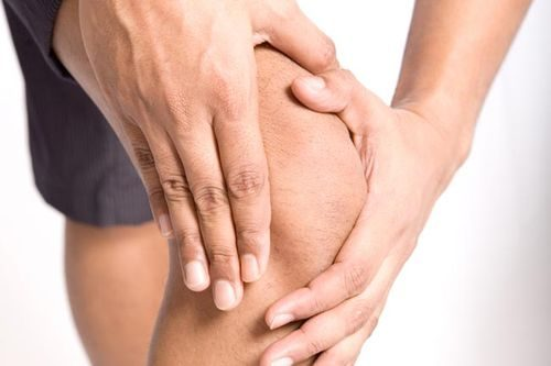Причина хруста в коленях при приседании
