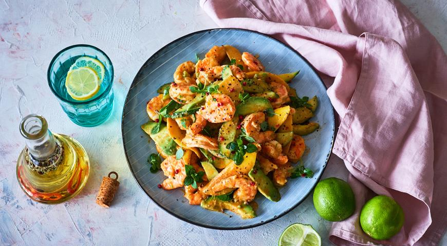 Креветочный салат с авокадо и манго