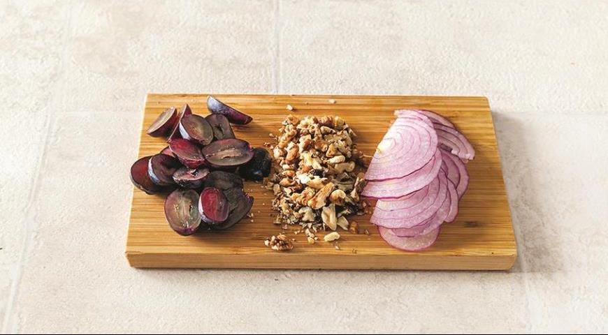 Салат с курицей-гриль и виноградом