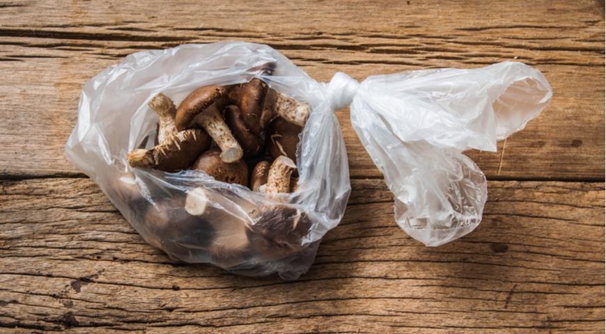 Грибы никогда не следует хранить в полиэтиленовом пакете. И вот почему