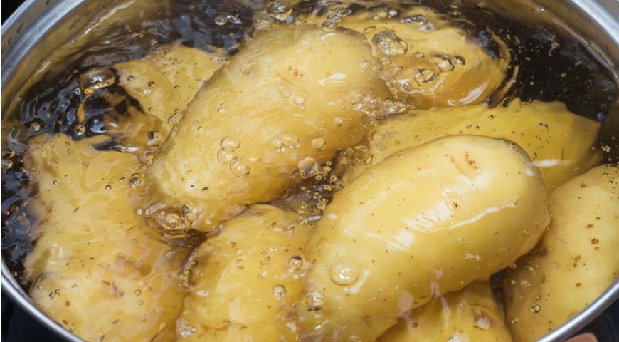 Почему не нужно выливать воду из кастрюли после варки картофеля